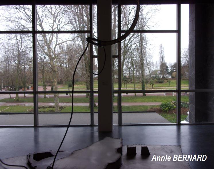 A travers les vitres, une vue sur le parc Richelieu