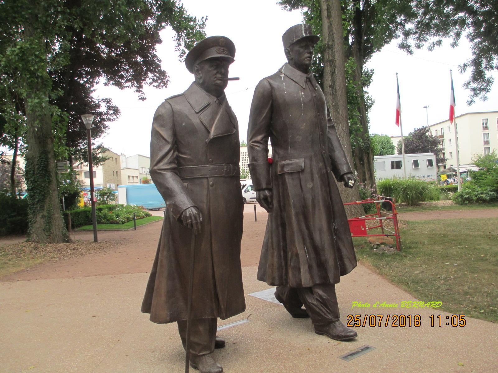 Messieurs De Gaulle et Churchill dans le parc