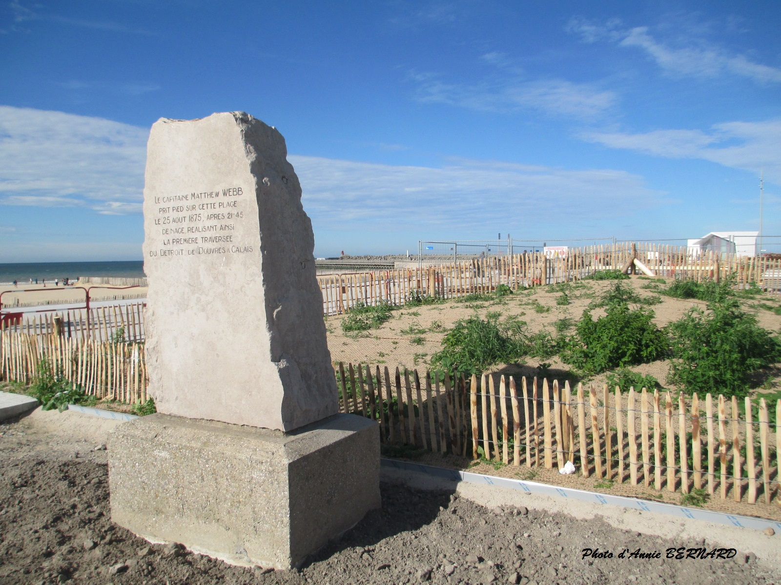 Stèle en souvenir du Nageur M. Webb sur la digue