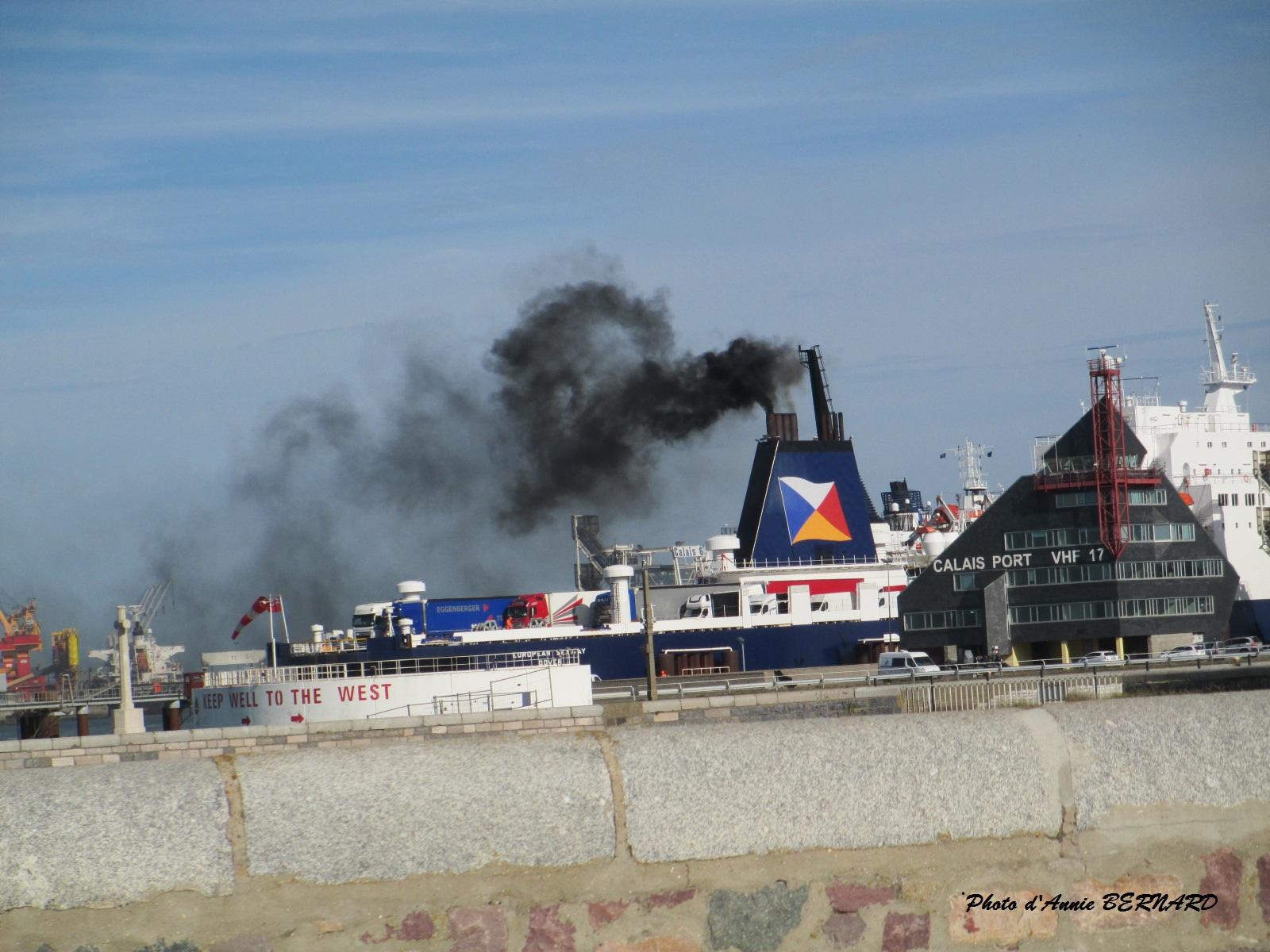 Panache de fumée noire au dessus du port de Calais