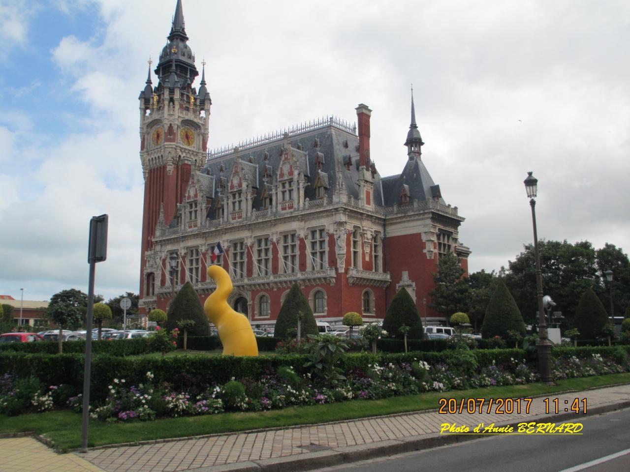 Vue sur  l'Hôtel d Ville de Calais