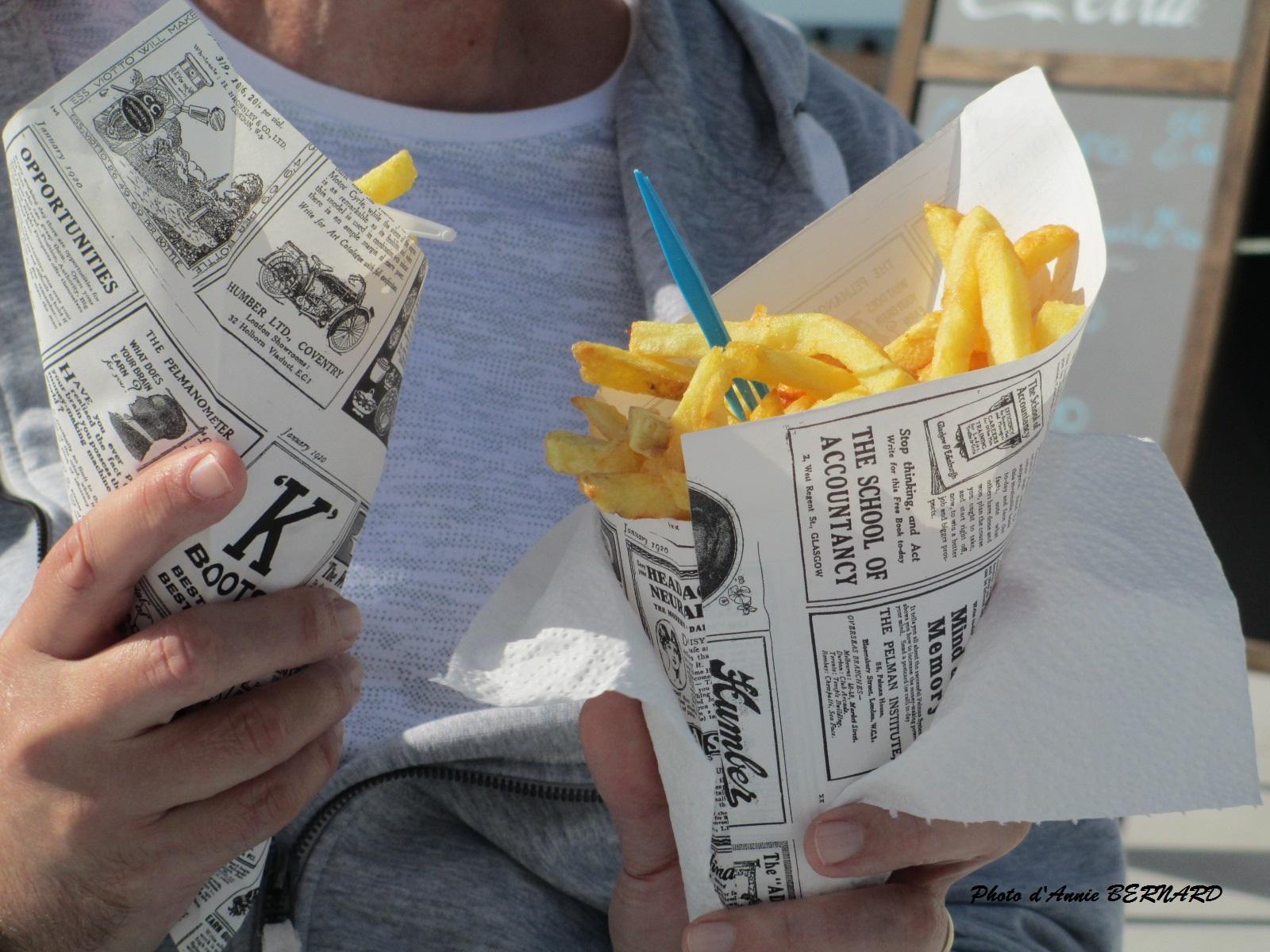 Cornets de frites à la plage de Calais