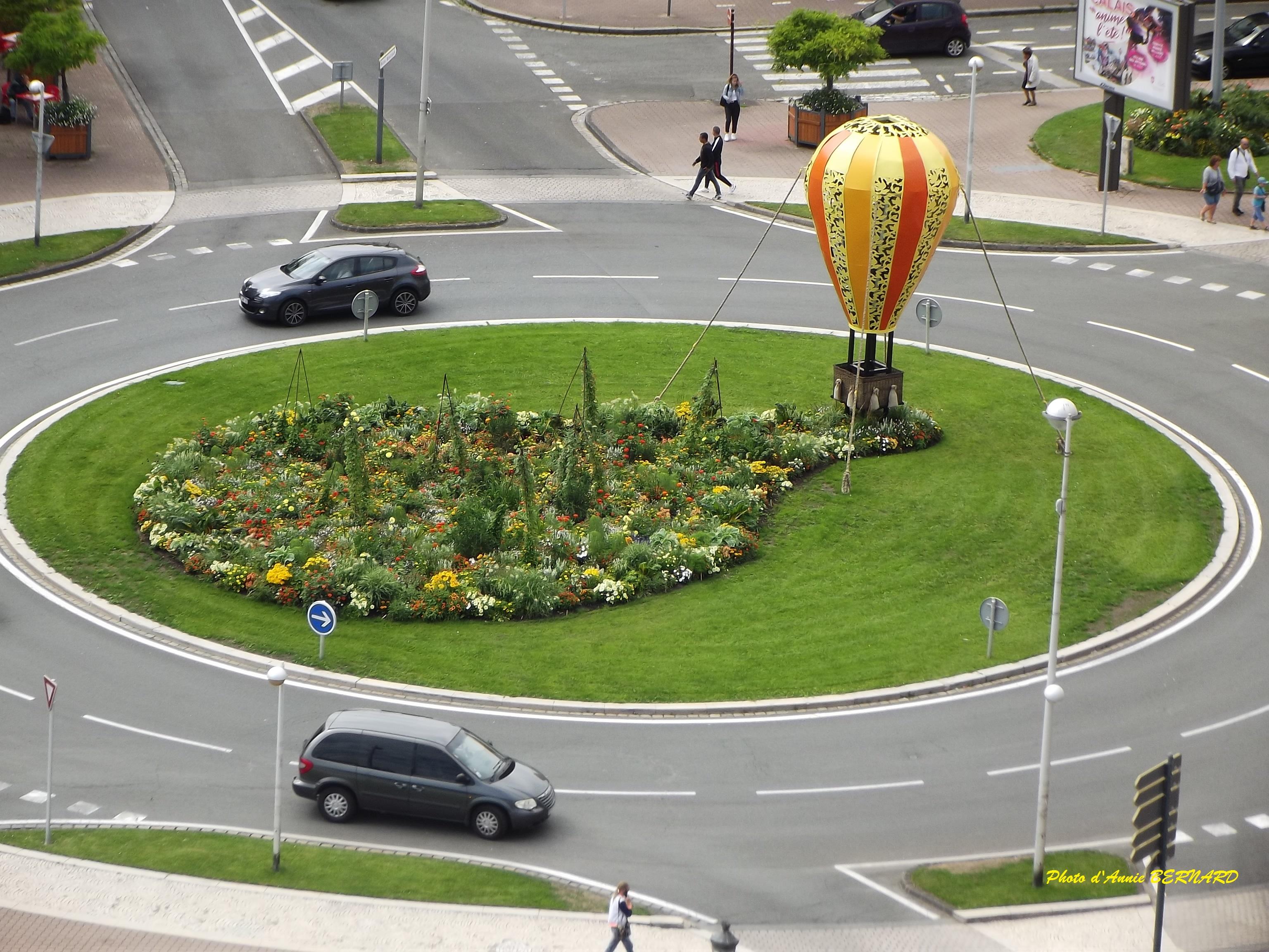 Une vue sur le rond-point devant la mairie