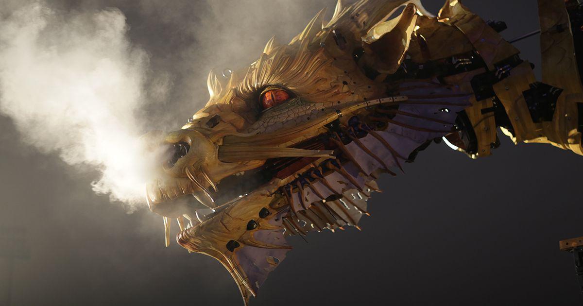 Une tête de dragon dans la nuit...
