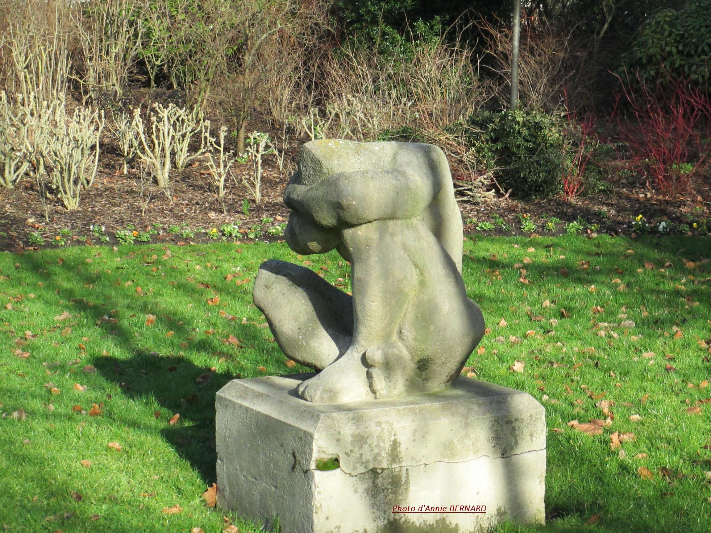 La statue: Le crépuscule du sculpteur Mougin datant de 1954