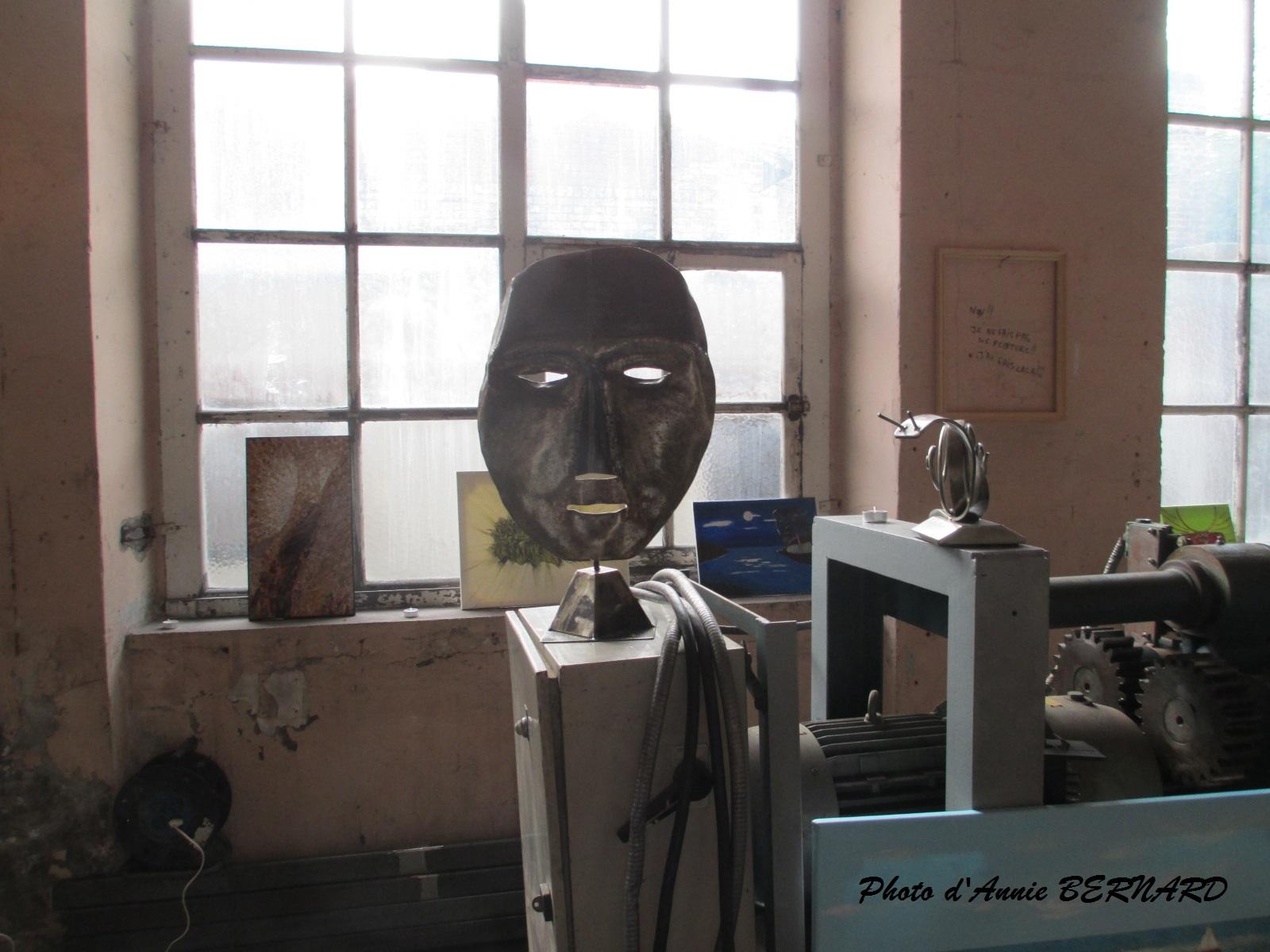 Un masque  observant le passant