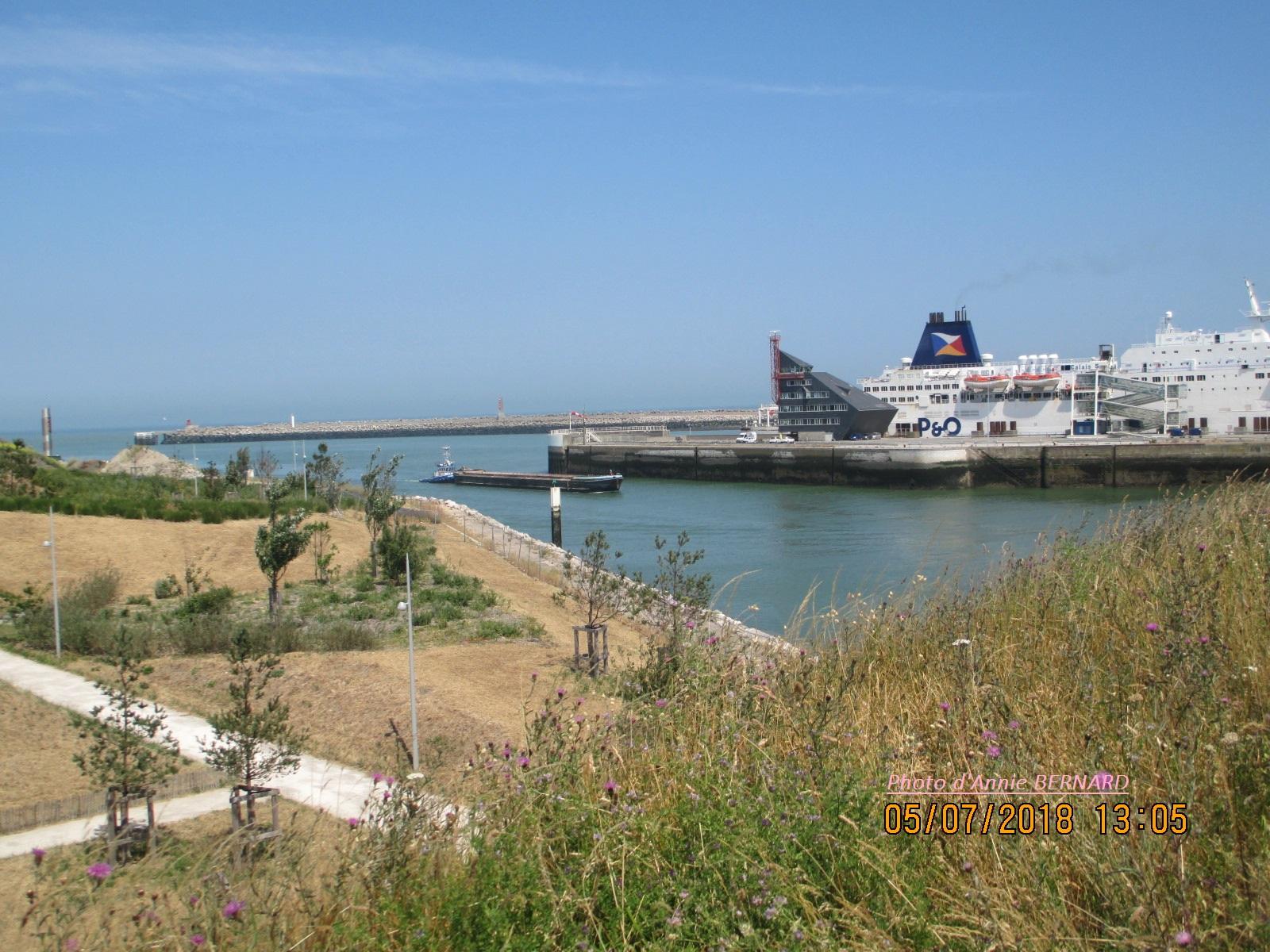 Vue sur l'entrée du port