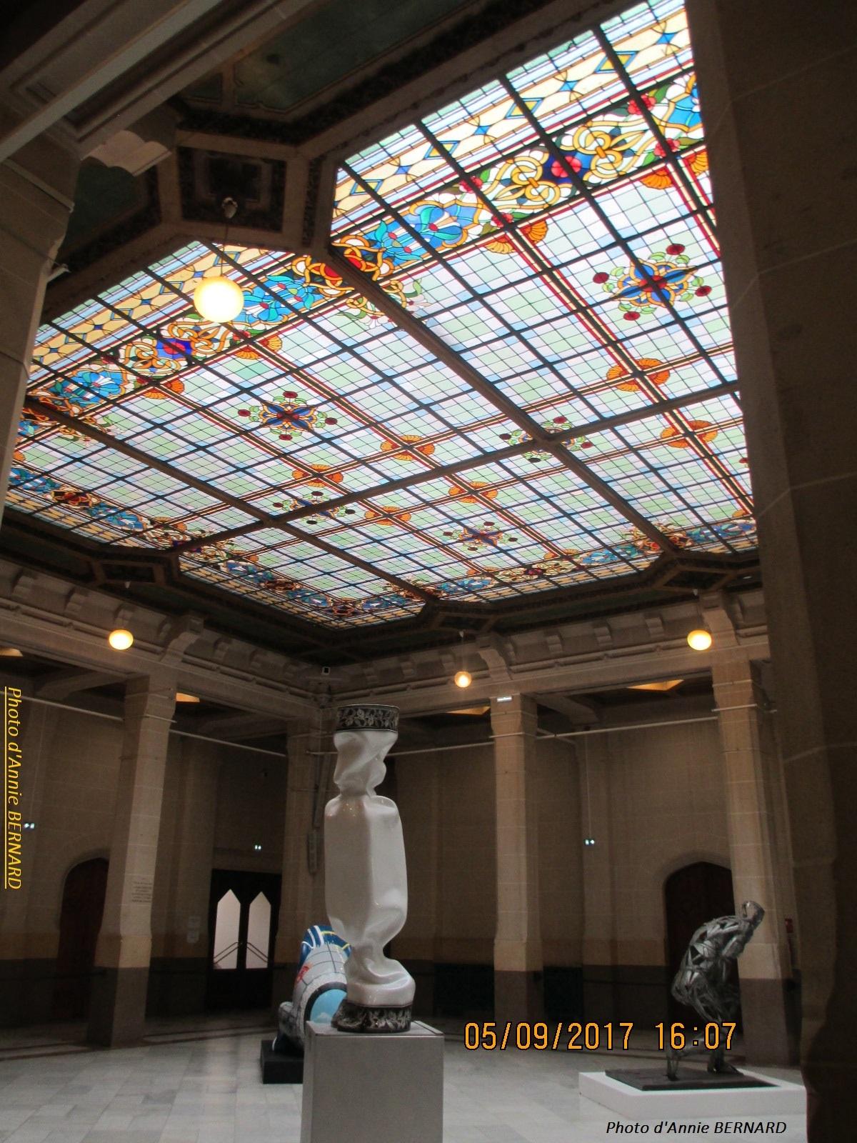 Superbes vitraux de l'Hôtel de ville de Calais