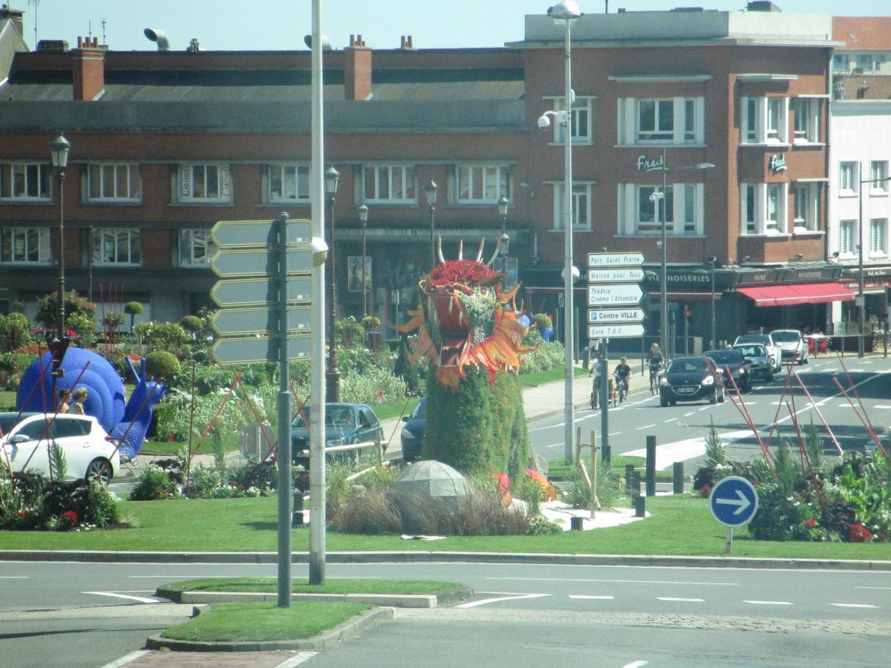 Calais, le rond point de la Mairie direction le boulevard Jacquard
