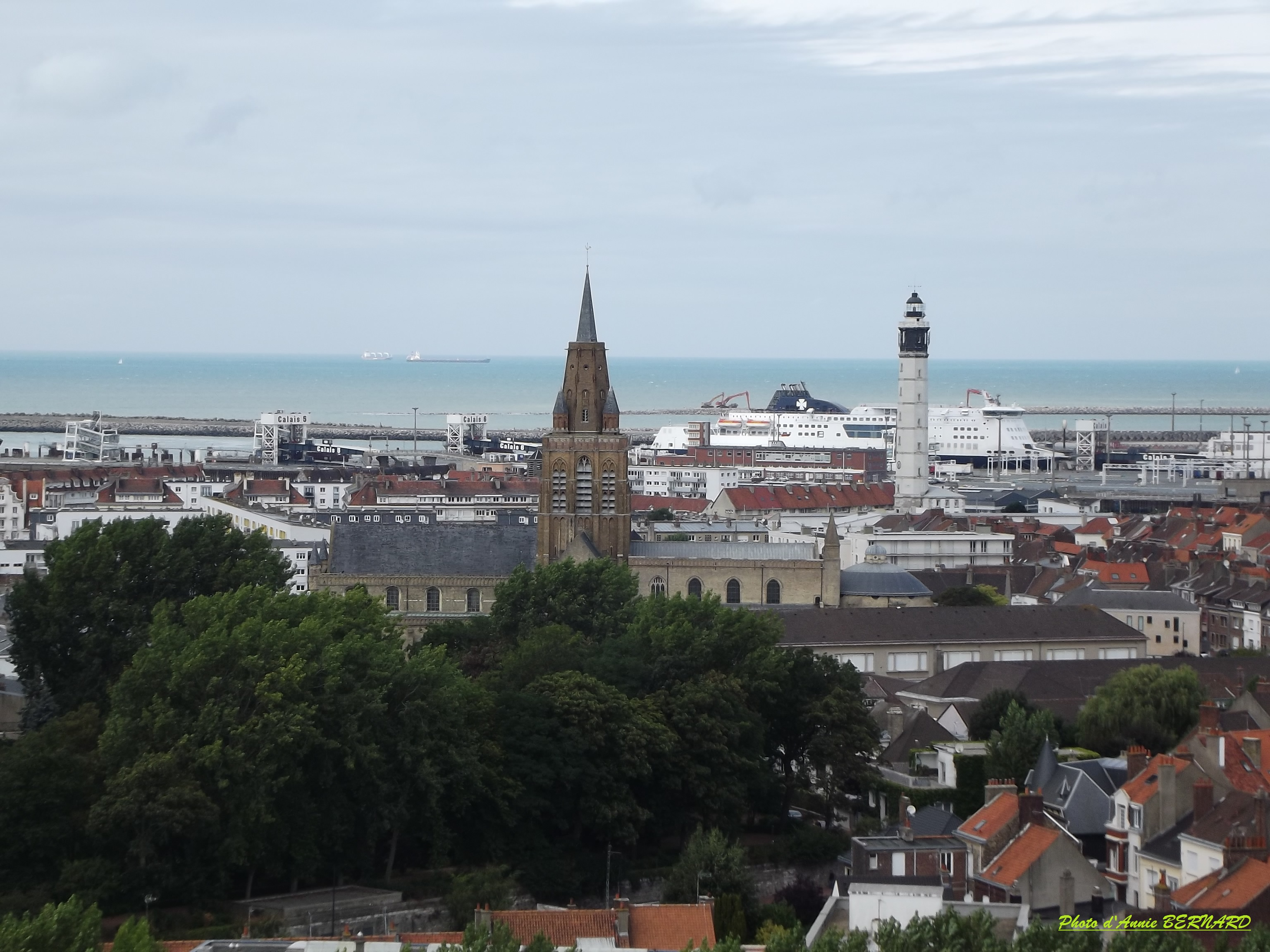 Vue sur Notre-Dame et le phare