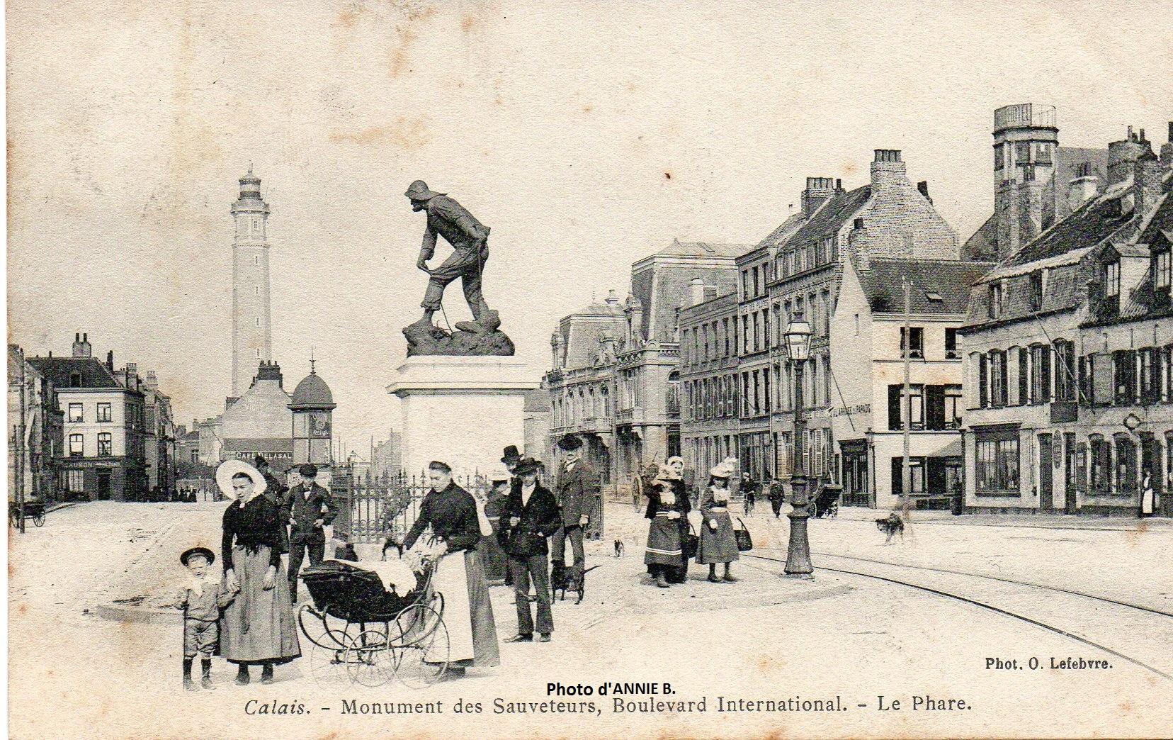 Scène de vie autour du monument Gavet