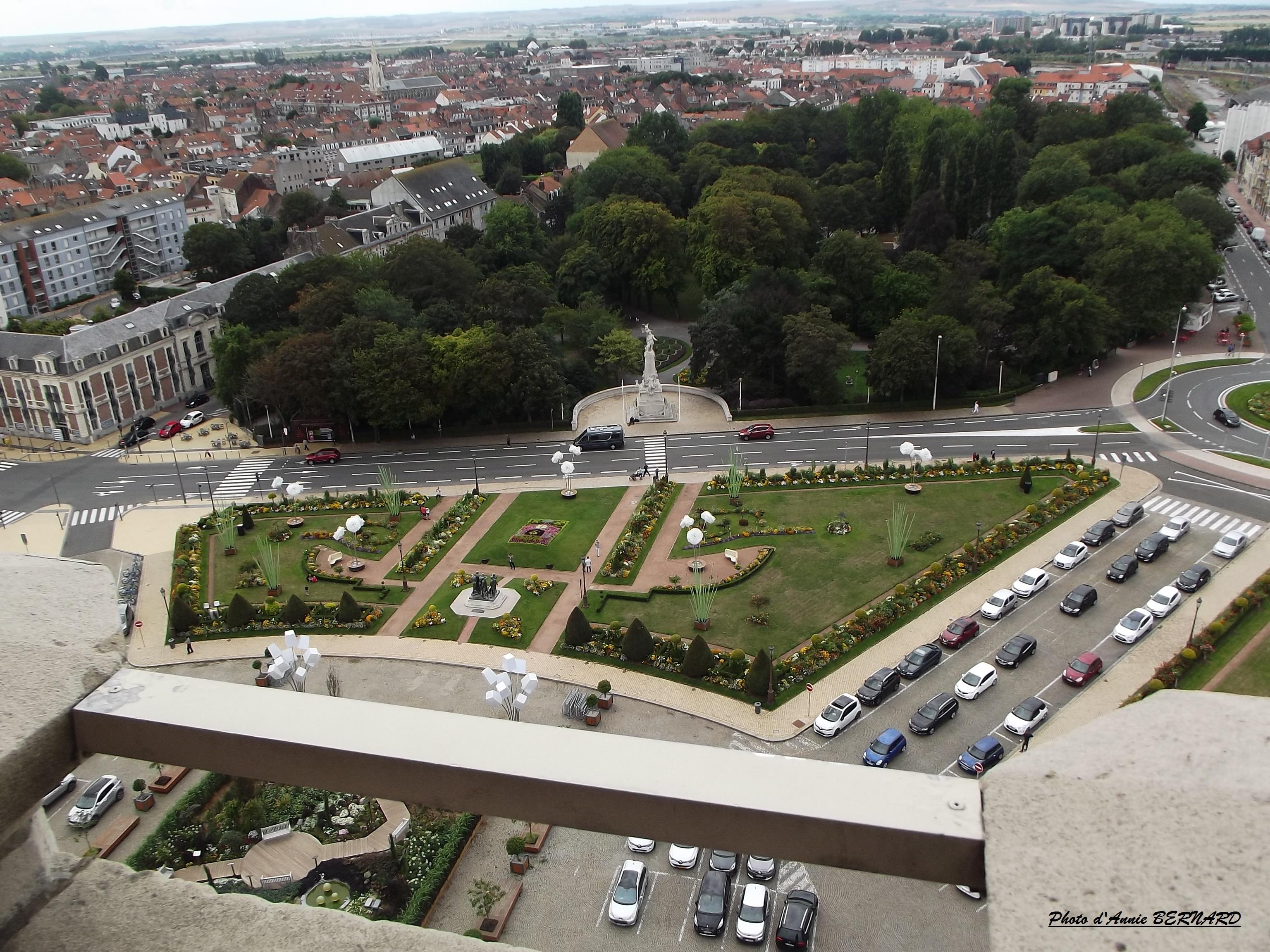Devant la mairie et le parc Saint- Pierre