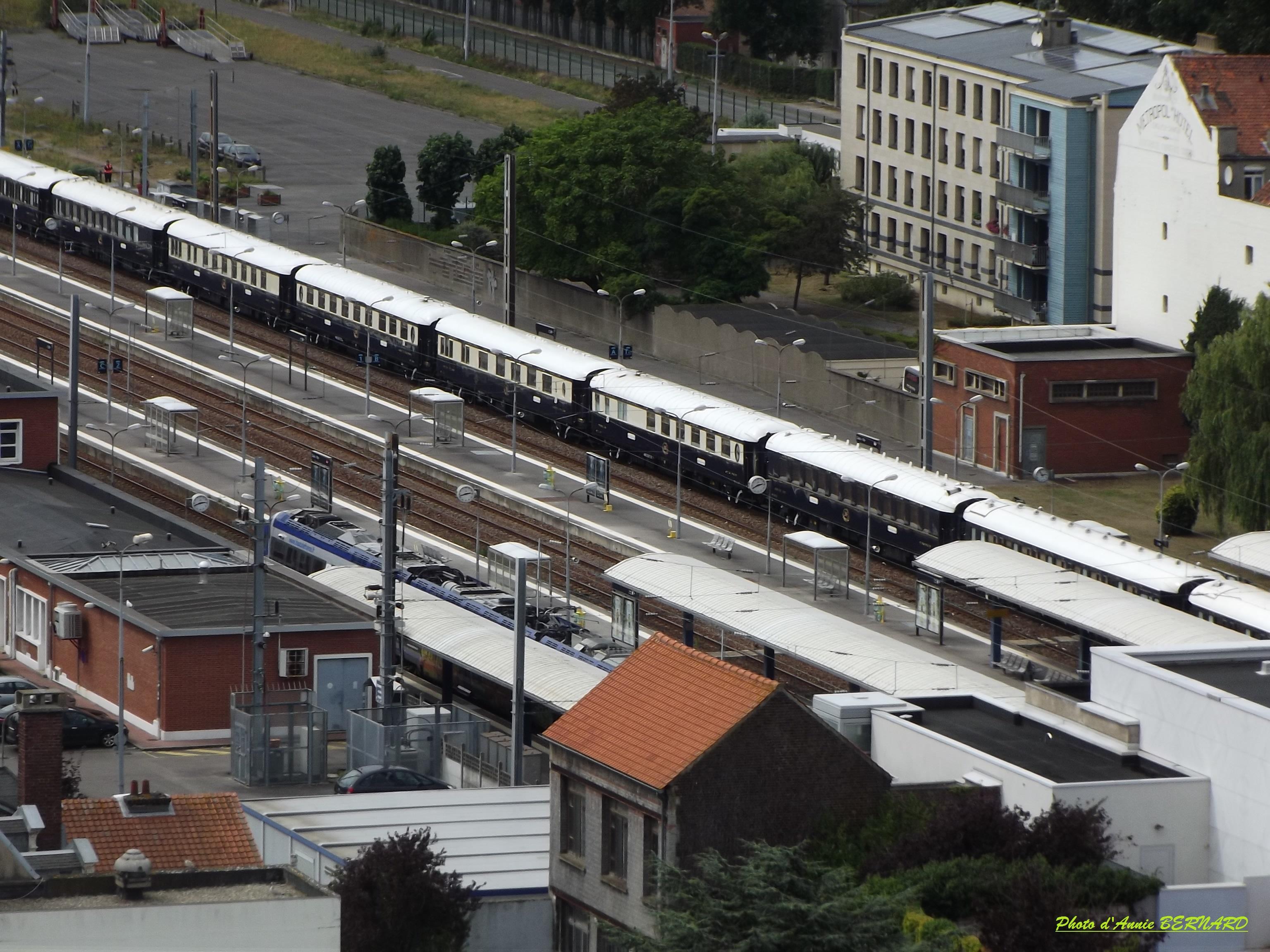 Au loin le train l'Orient Express à quai