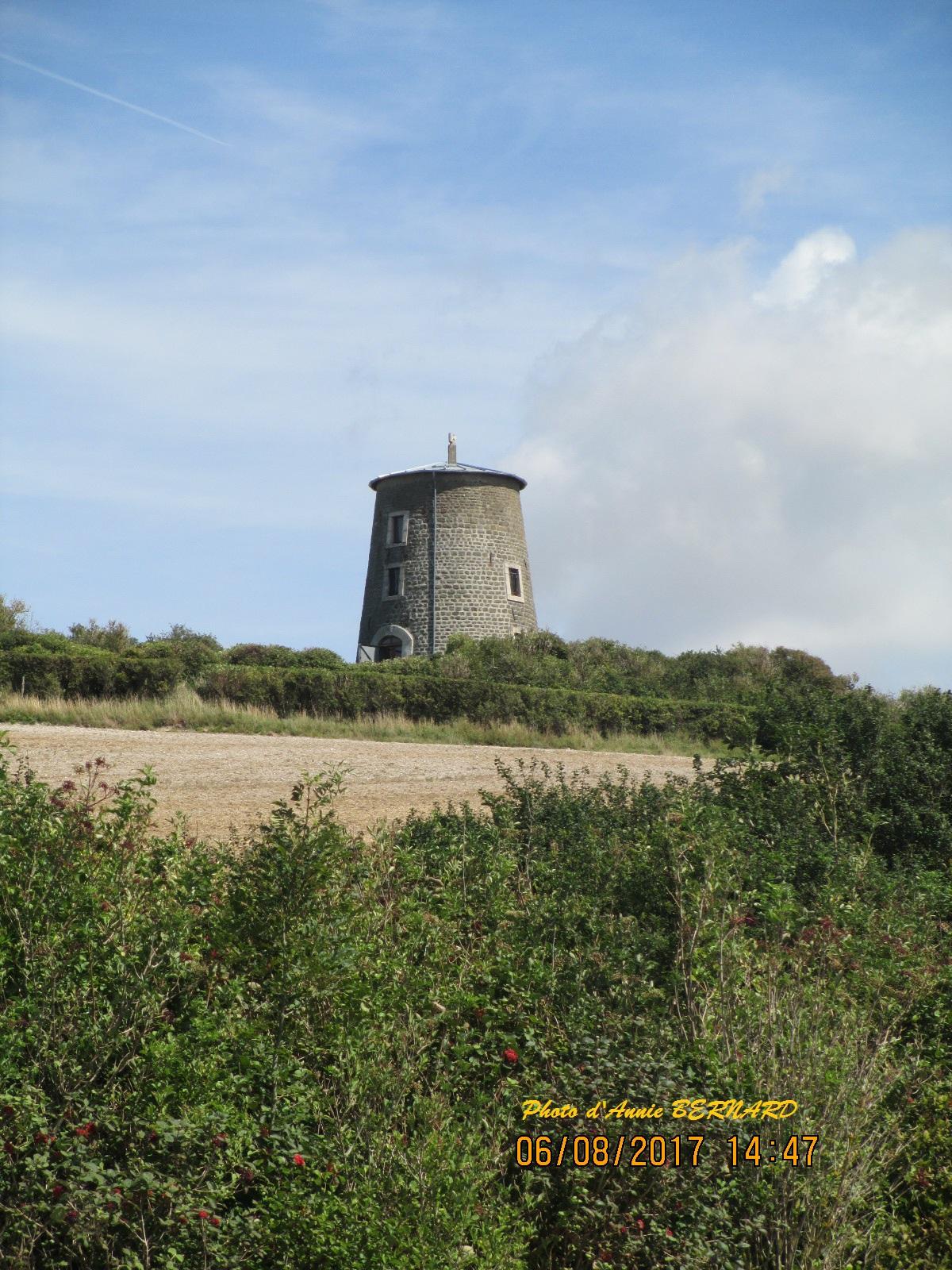 Vestige d'un moulin à Escalles