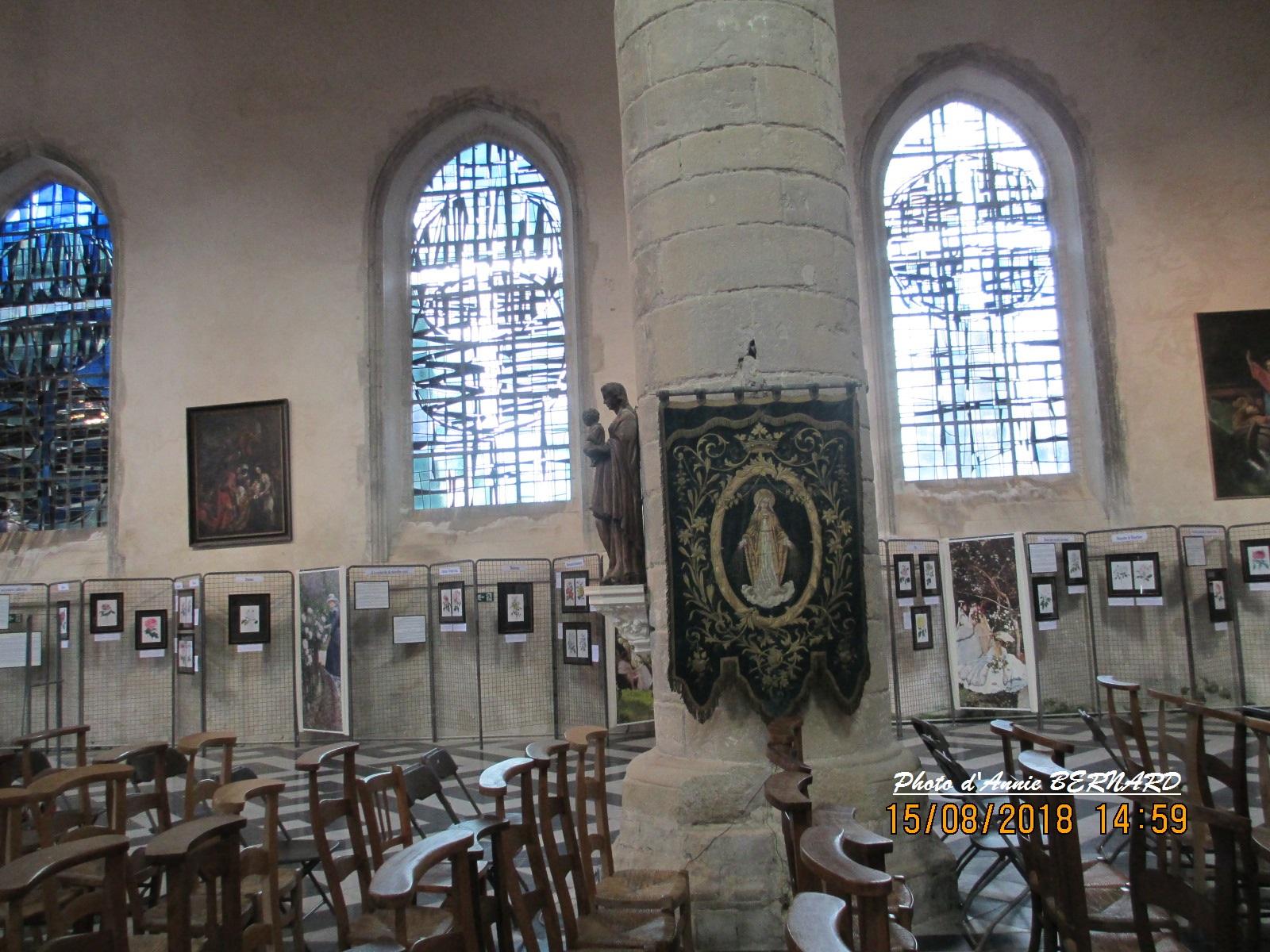 Vue sur les vitraux et l'expo