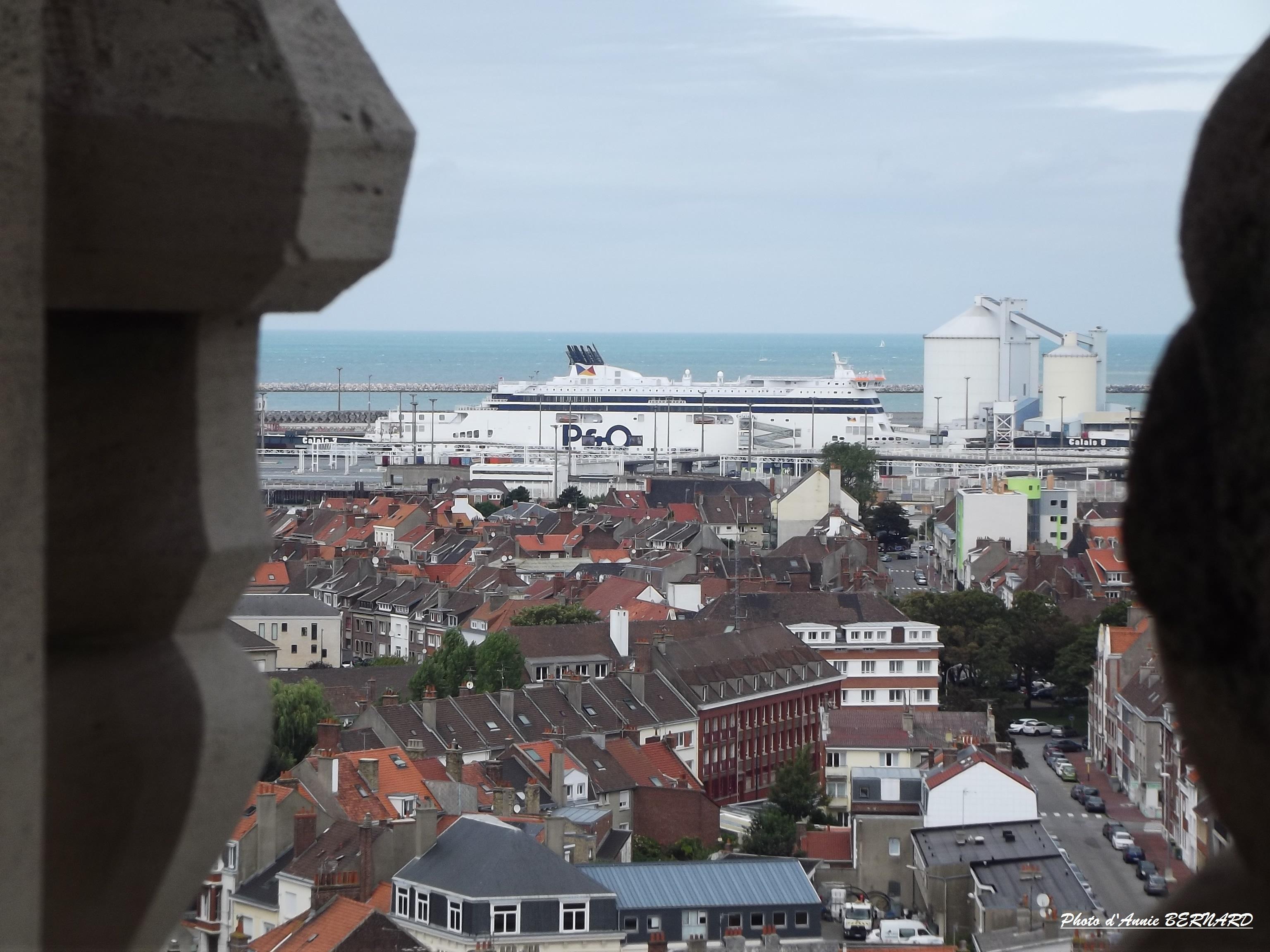 Vue sur Calais-Nord et la mer