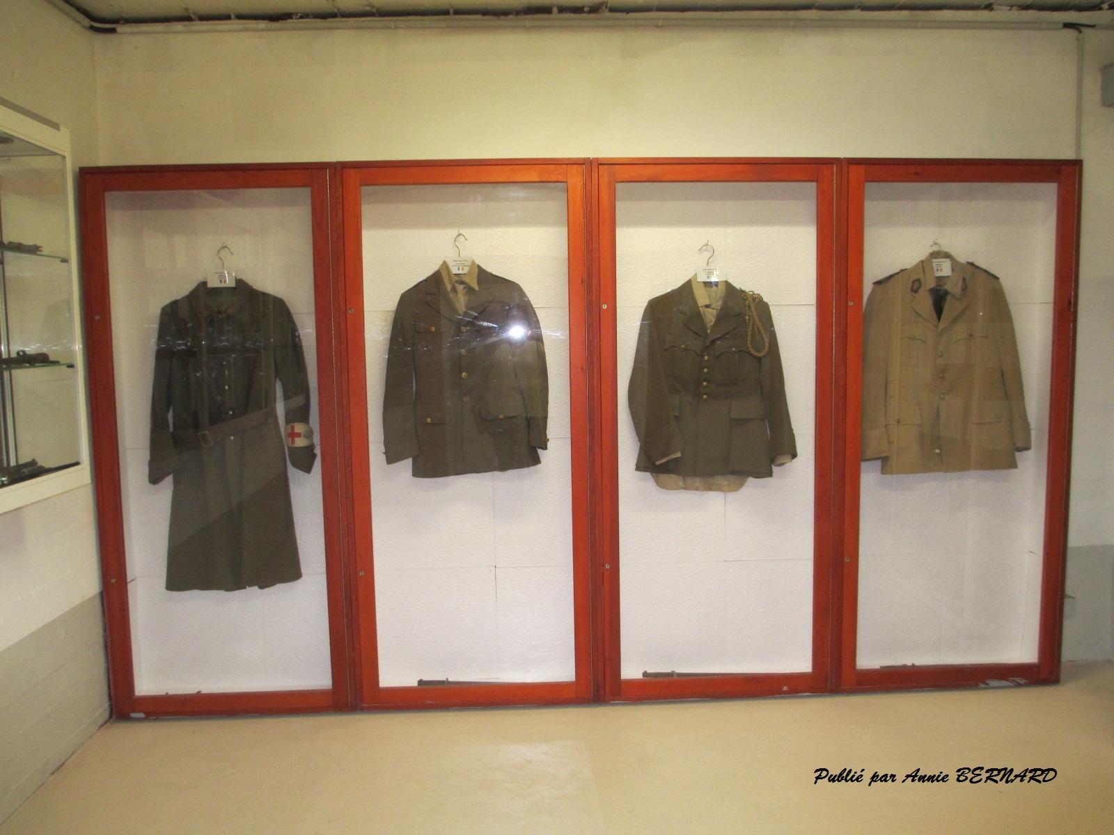 Une partie d'uniformes militaires
