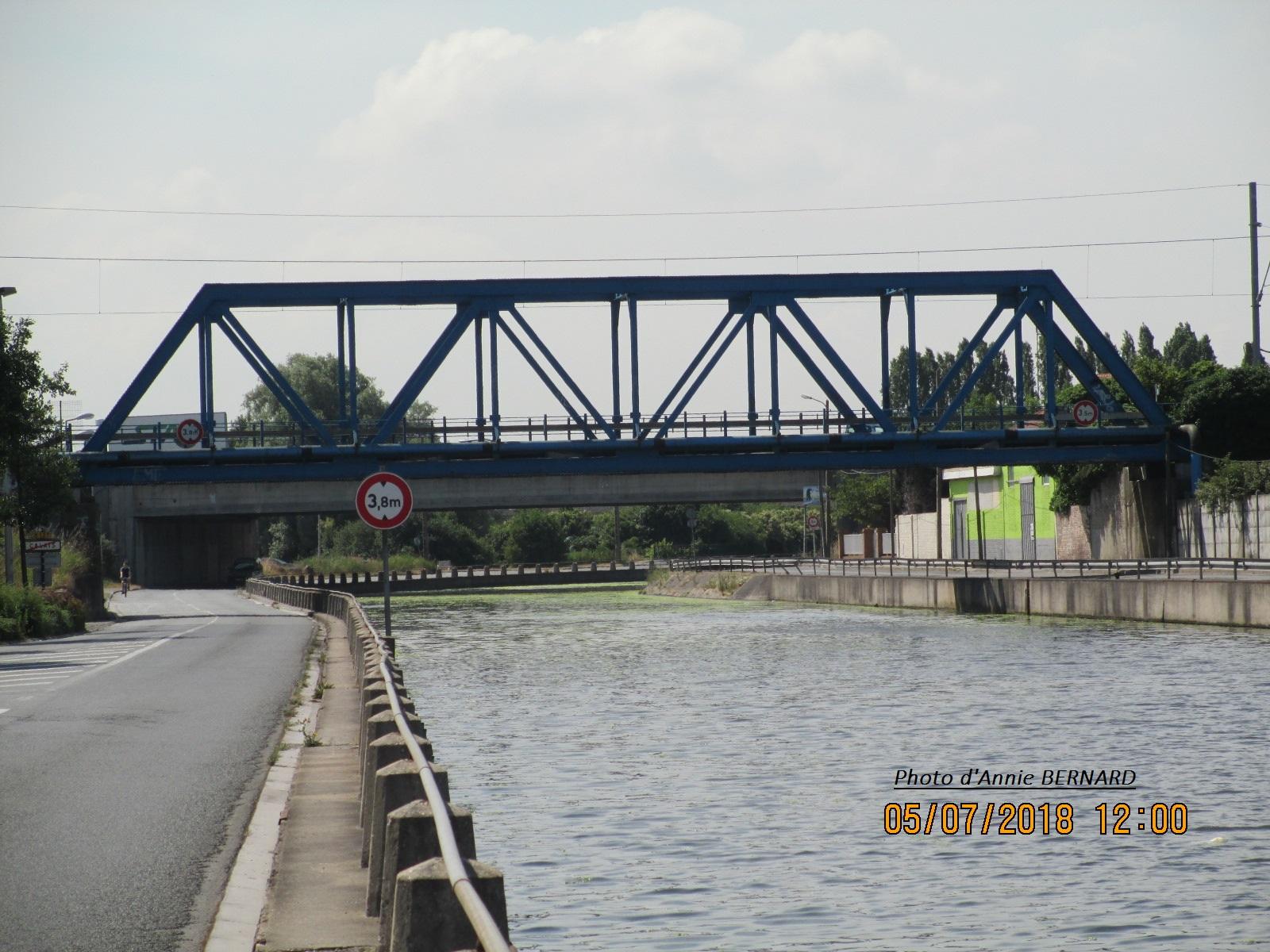 Pont de fer pour trains au dessus du quai Lucien L' heureux