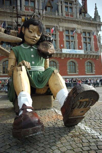 Une géante un jour devant la mairie de Calais