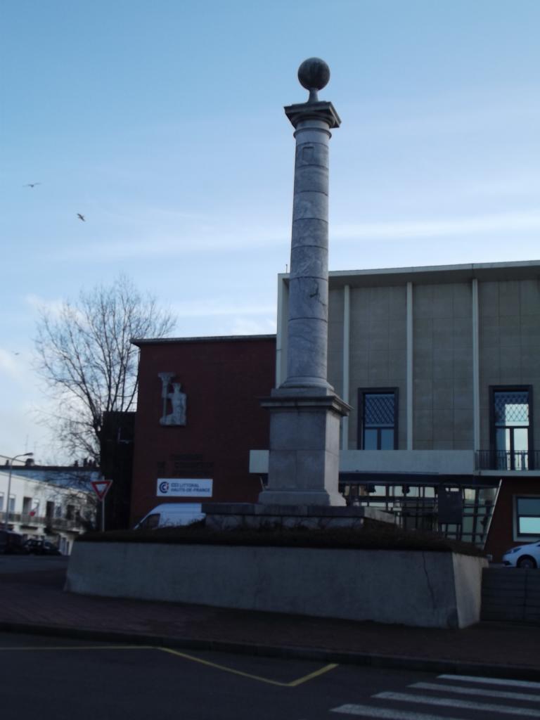 Quartier du Courgain Maritime, la colonne Louis 18 et la chambre du commerce