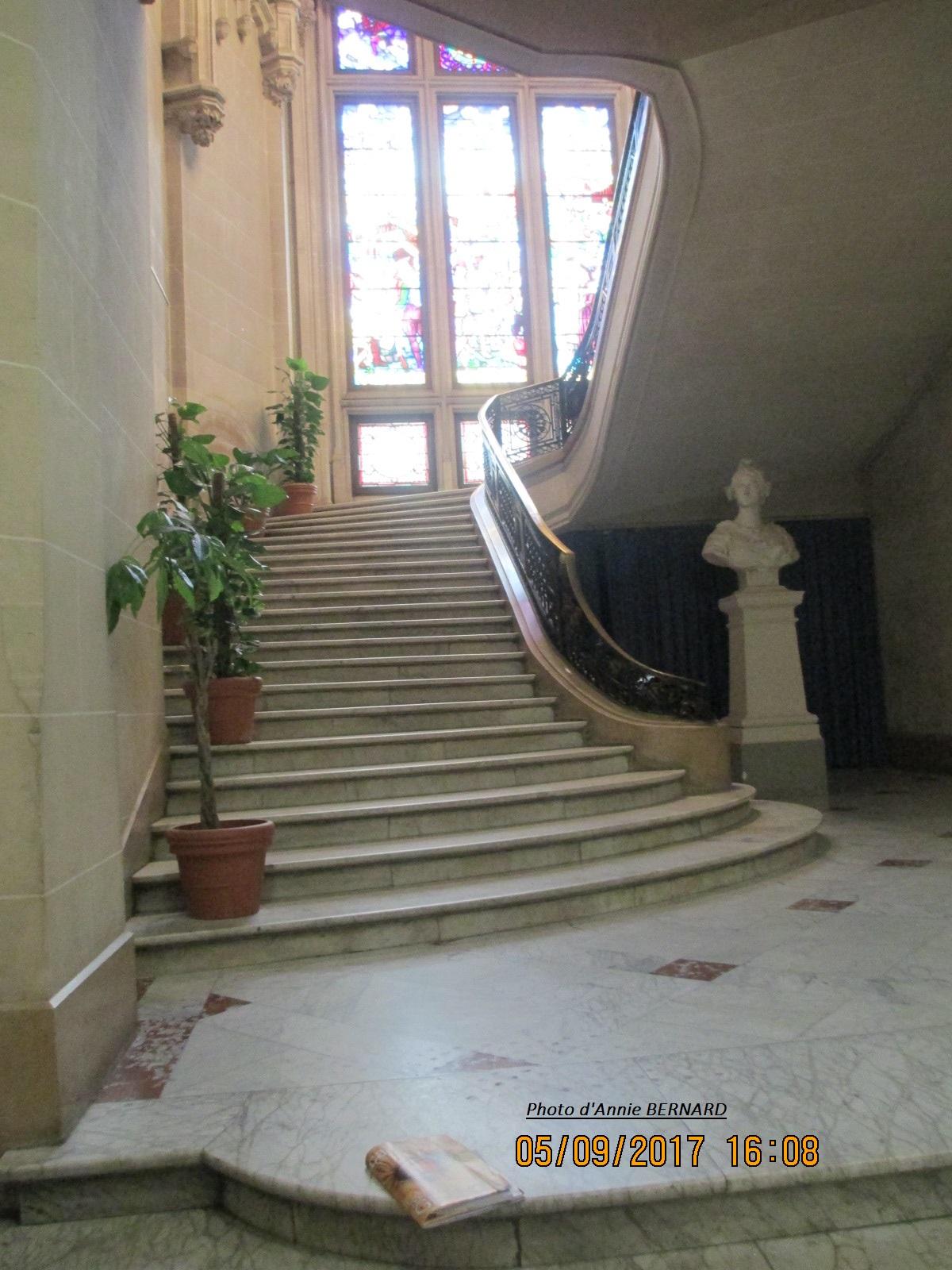 Bel escalier de l'Hôtel de ville de Calais