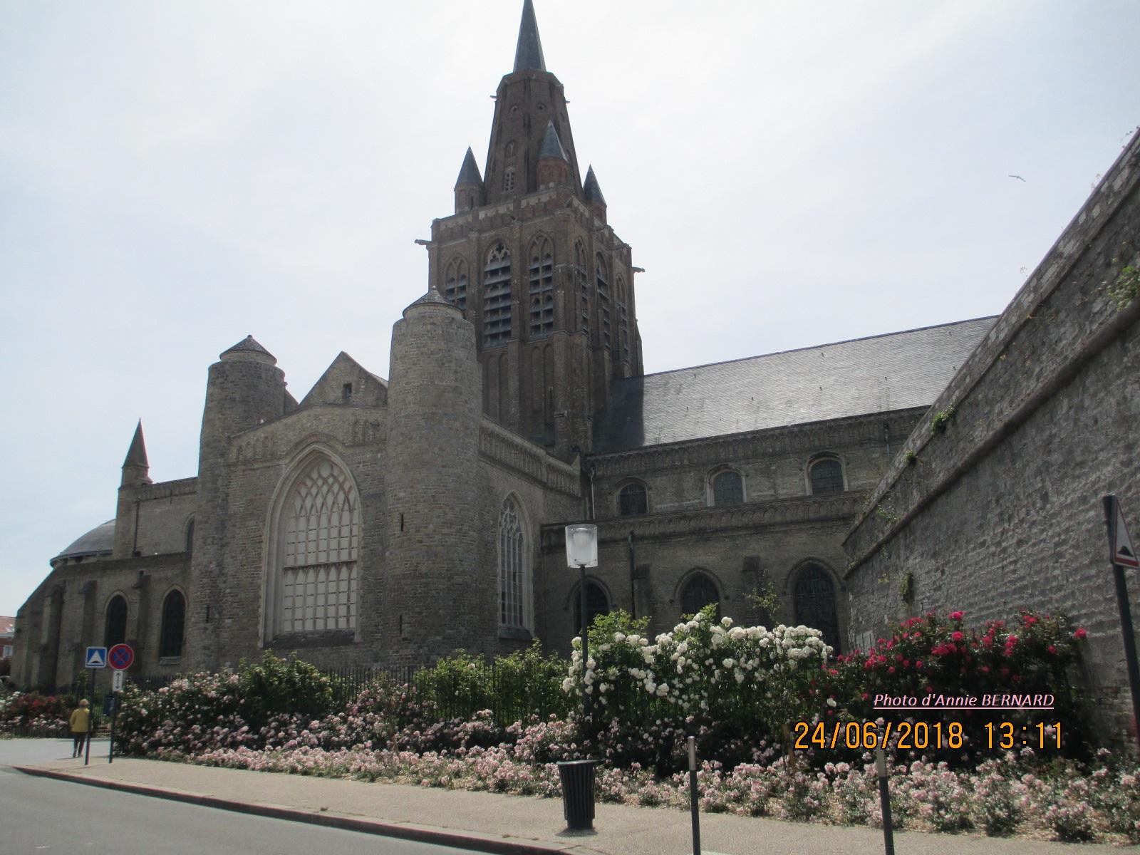 Eglise Notre-Dame de Calais agréablement fleurie