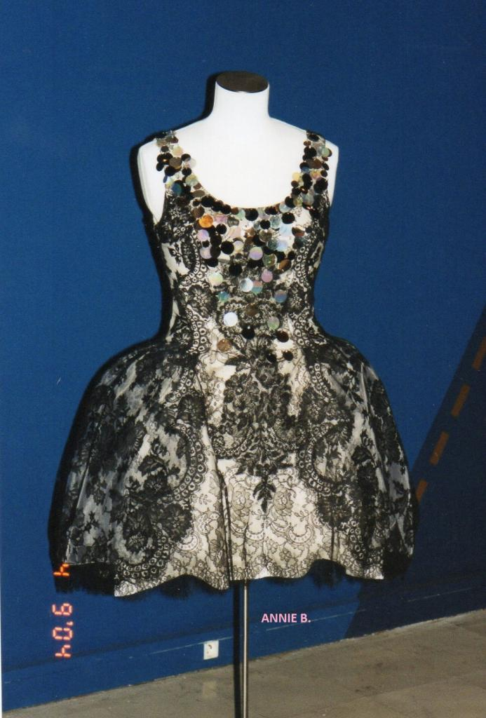 Jolie robe en dentelle exposée au musée des Beaux Arts de Calais en 2004