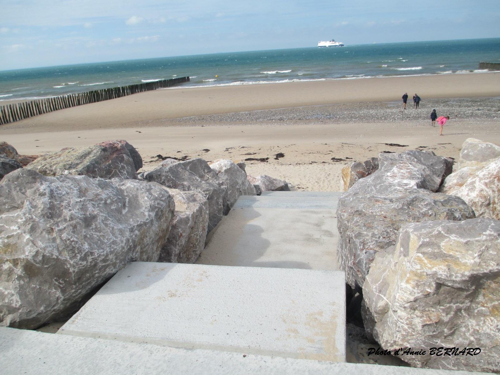 Escalier pour se rendre sur la plage à Sangatte
