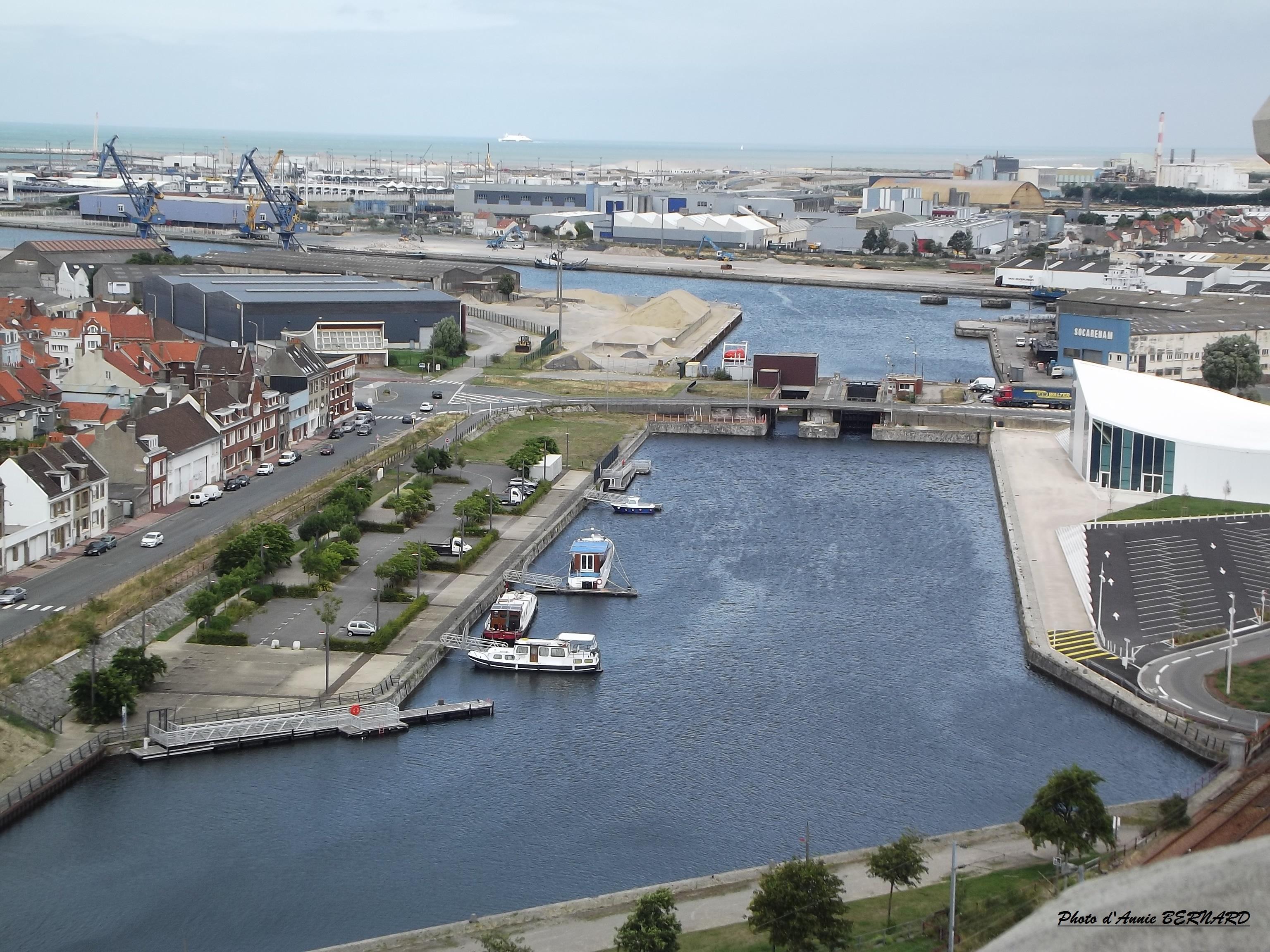 Vue sur le quai de la Meuse et le port