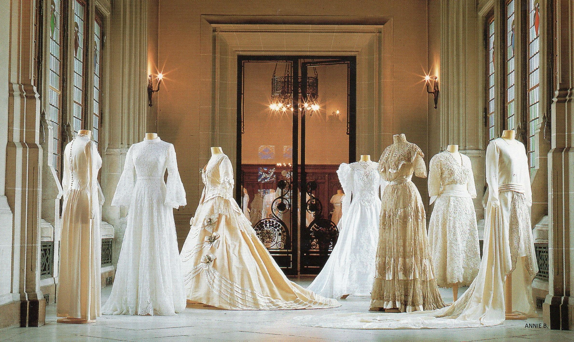 A la mairie de Calais en 1998, belle expo de robes de mariées en dentelle
