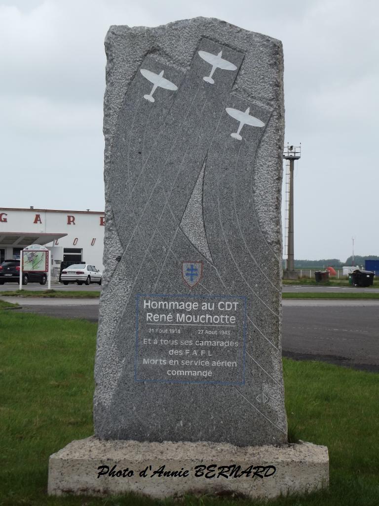 Marck, hommage au commandant de l'air René Mouchotte devant l'aéroport