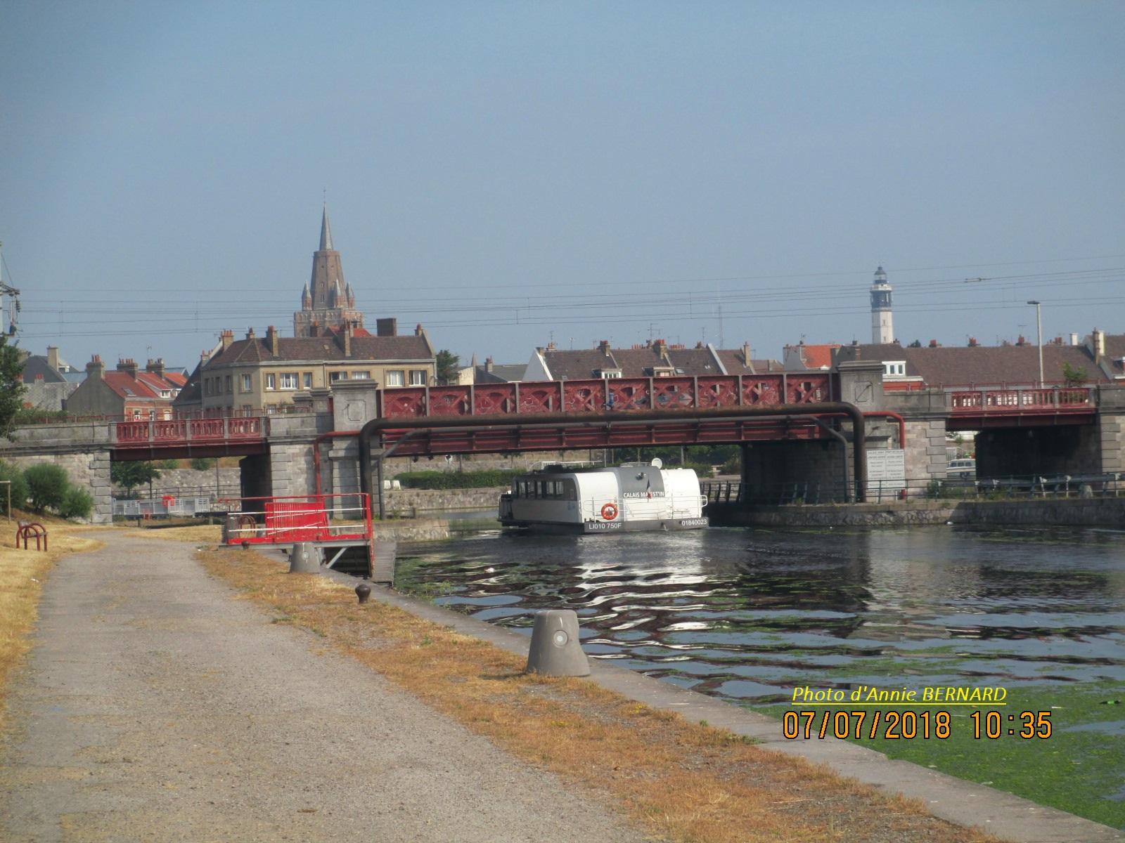 Vue sur le pont Mollien, l'église Notre-Dame et le phare