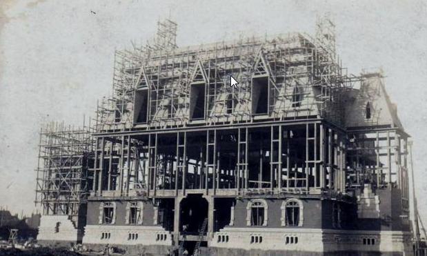 Début de construction de l'Hôtel de ville de Calais vers 1900