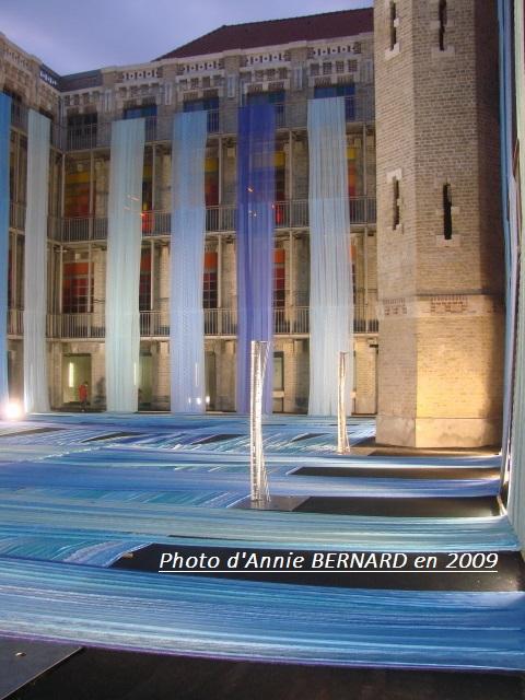 La Cité de la Dentelle et de la Mode à Calais en 2009 et sa cour illuminée
