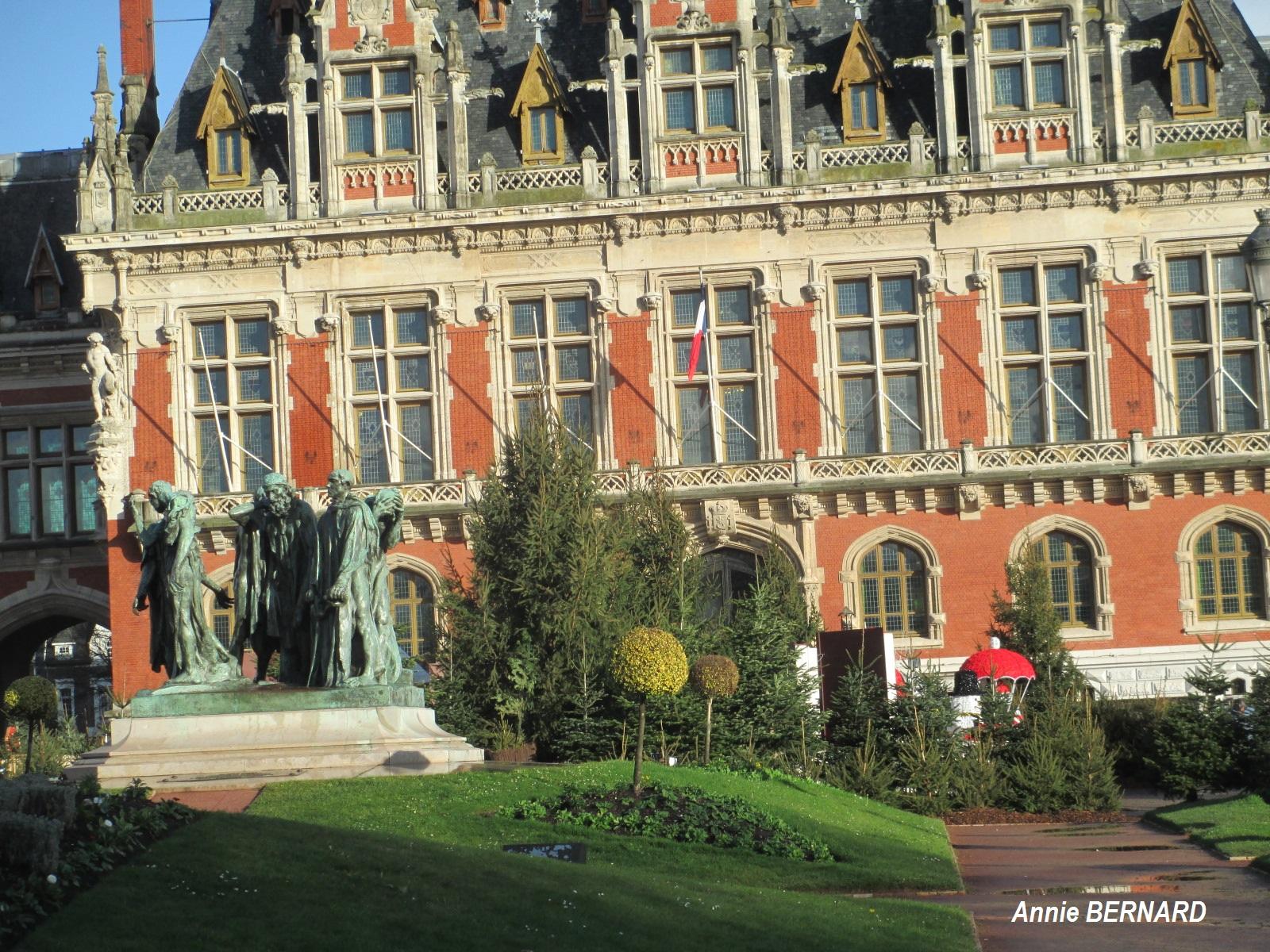 Les Six Bourgeois et la mairie de Calais