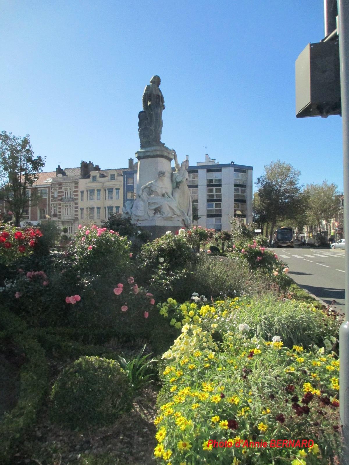 La statue de Jacquard devant le théâtre