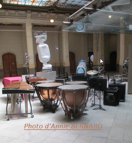 Instruments de musique dans le hall de la mairie