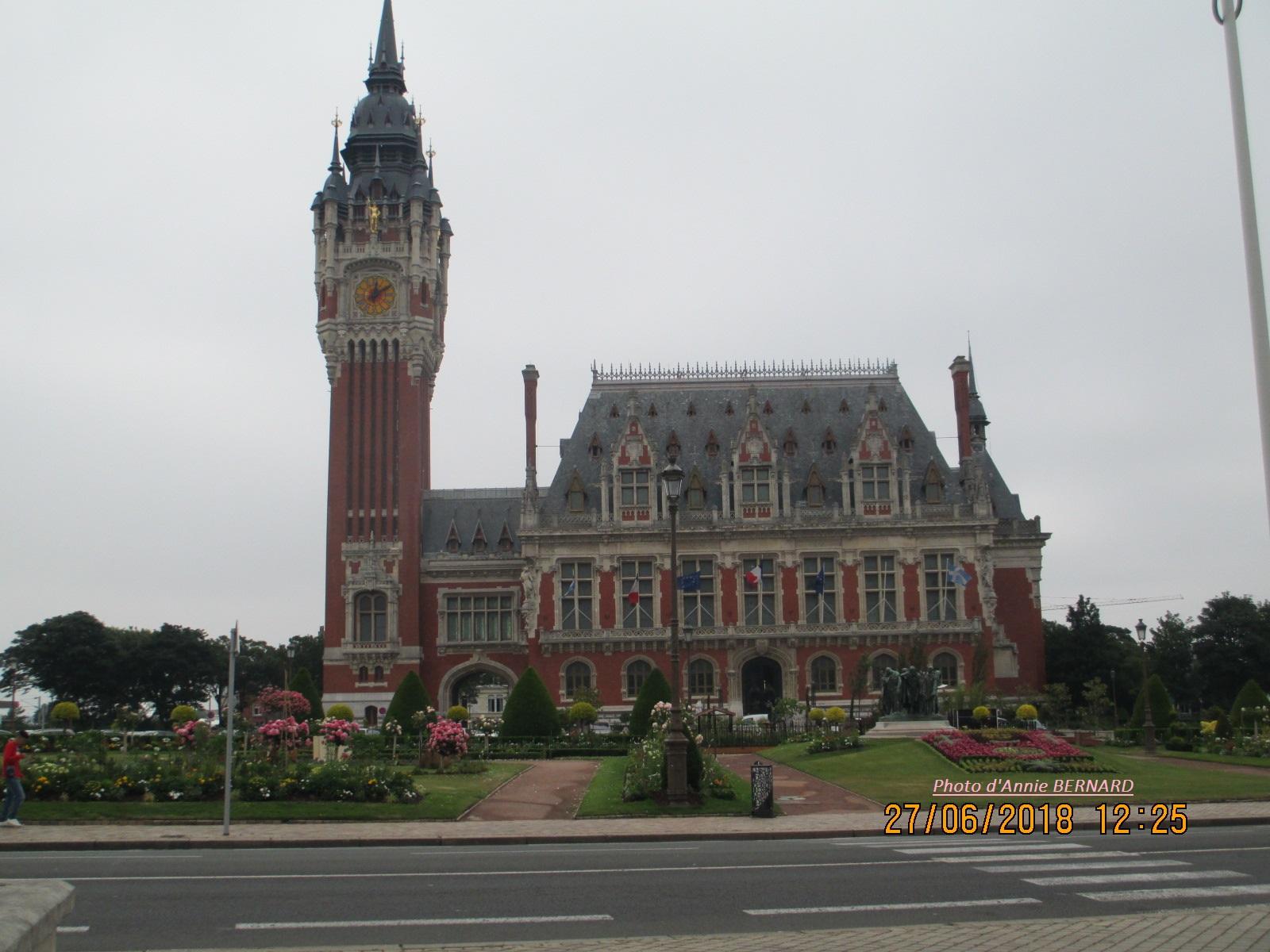 L'Hôtel de ville de Calais et ses rosiers