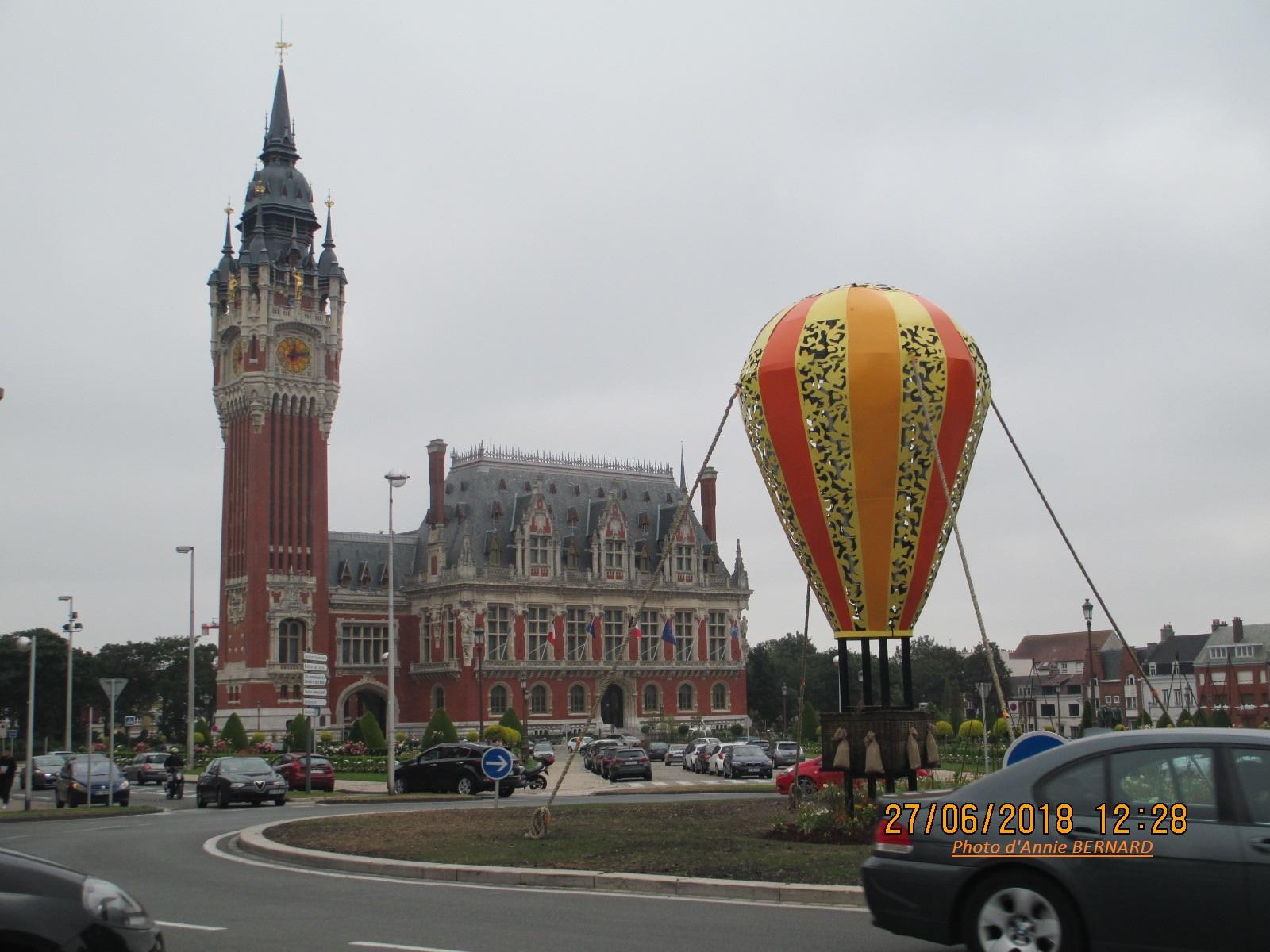 Installation d'une montgolfière en fer sur le rond-point Jefferson